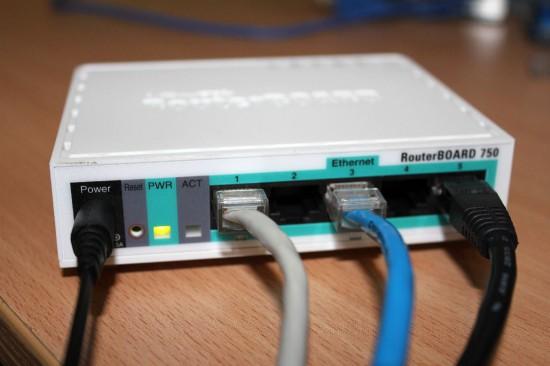 Mikrotik RB750 Подключено, вид сзади