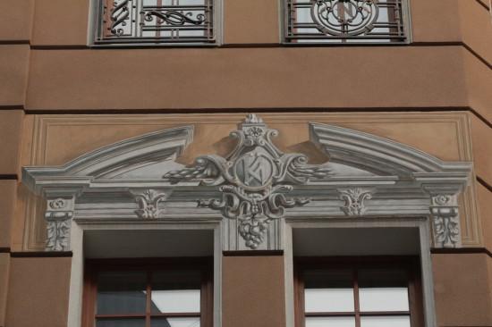 Нарисованная лепка на улице Фредра во Львове. А ведь когда снимали, не заметили.