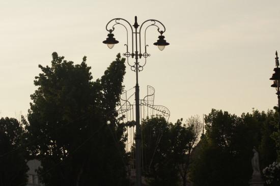 Силует фонаря на площади Адама Мицкевича во Львове