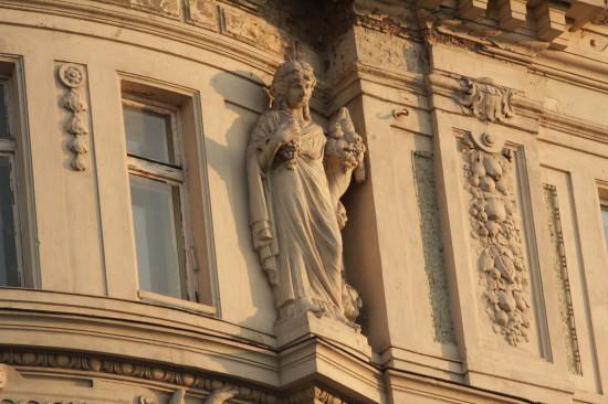 Фигура на фасаде здания на проспекте Свободы во Львове