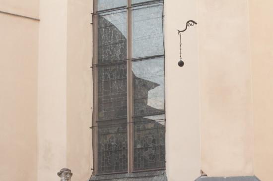 Отражение в окне во Львове