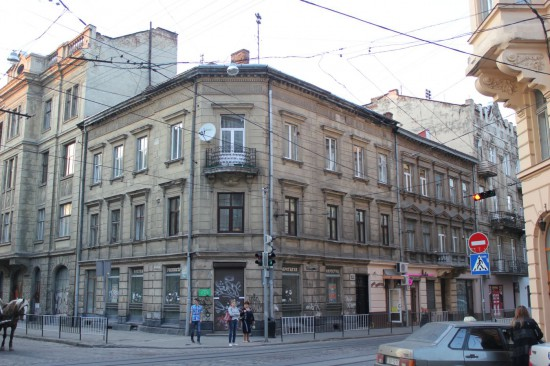 Здание напротив главпочтампа