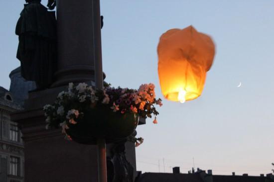 Львов, летающие фонарики около папмятника  Мицкевичу