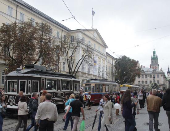 Трамваи, выстроились в ряд на площади Рынок